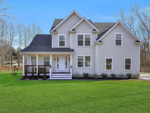4 BR,  3.50 BTH  Contemporary style home in Center Moriches
